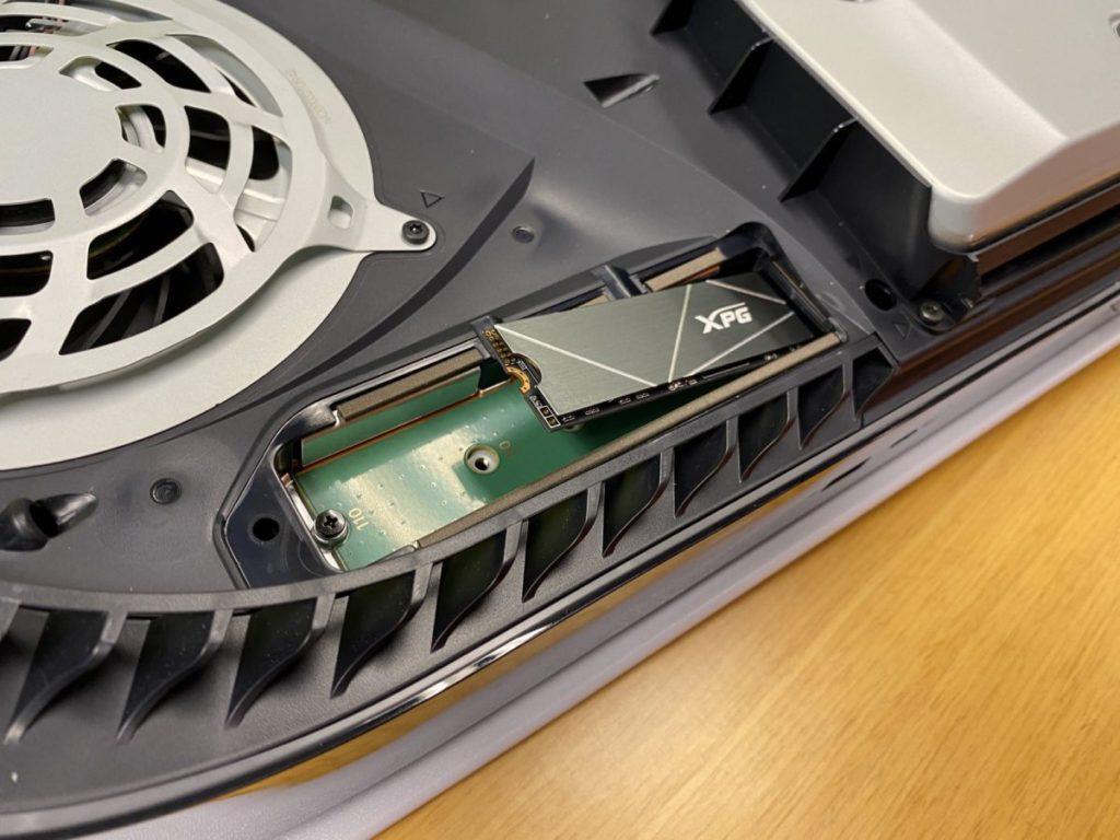 留意 M.2 SSD 成功裝上之後是會彈起的,只要扭上螺絲固定即可。