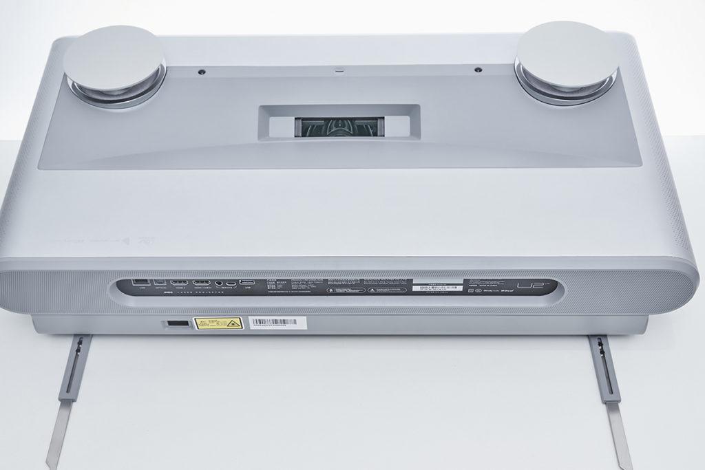 內置一對15W全頻喇叭及一對10W高音喇叭,以及兩個 HDMI 及一個 USB 3.0 介面等。