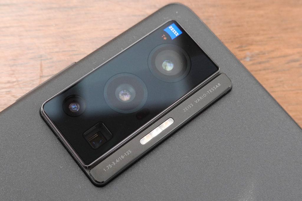 X70 及 X70 Pro 均搭載著 vivo 與 Zeiss 聯乘的影像系統,達至 Zeiss T* 鍍膜認證標準,今代更可在更新演算法下降低拍攝時的反射、鬼影及眩光問題。