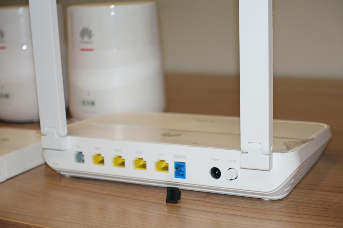 FTTR 路由器最特別是備有一組光纖輸入和一組光纖輸出。