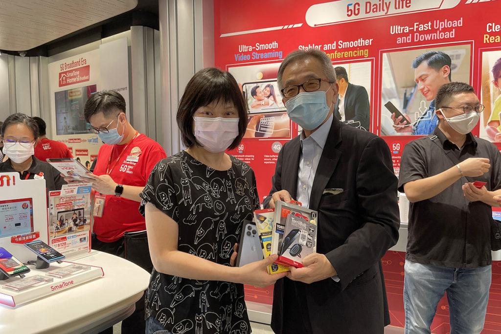 第二位出機顧客李太選購了天峰藍色 iPhone 13 Pro 512GB版,她表示買來是送給丈夫。