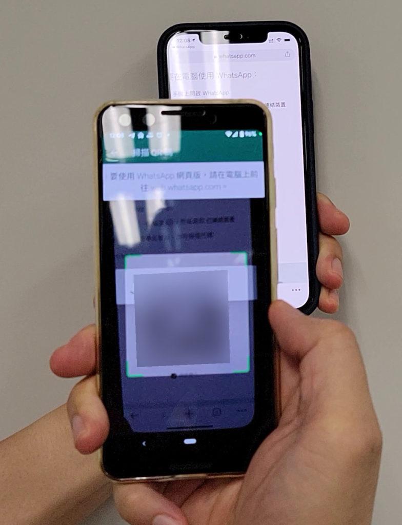 在另一部裝置的瀏覽器登入 web.whatsapp.com ,然後用手機掃描網頁上的 QR Code 即可連結。