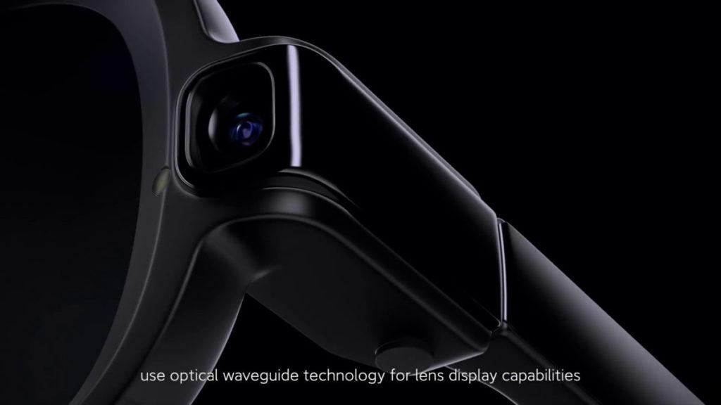 左邊眼鏡框上設有 500 萬像素鏡頭,旁邊有提示正在拍照的 LED 。
