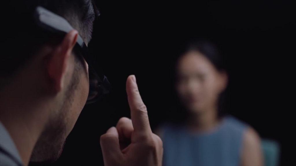 右邊眼鏡臂設有觸控板。
