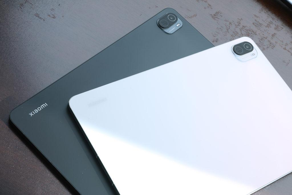 小米平板 5當然走不開方方正正的外觀,拿上有是有些 Apple iPad Air 的影子,但白色版機背會帶點閃爍效果,算是有些特別,至於黑色版比較下就平實一點。