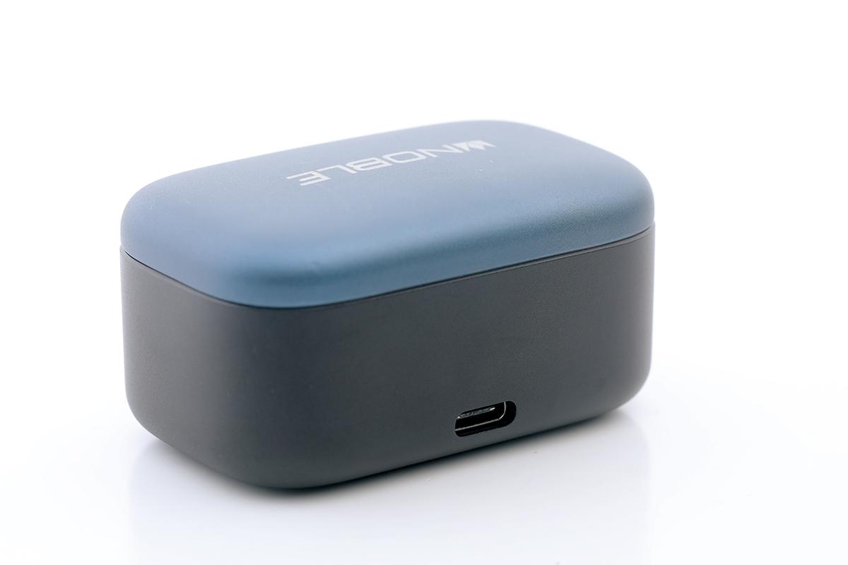 使用 USB-C 介面充電,支援快充,充電 15 分鐘即可用 70 分鐘。