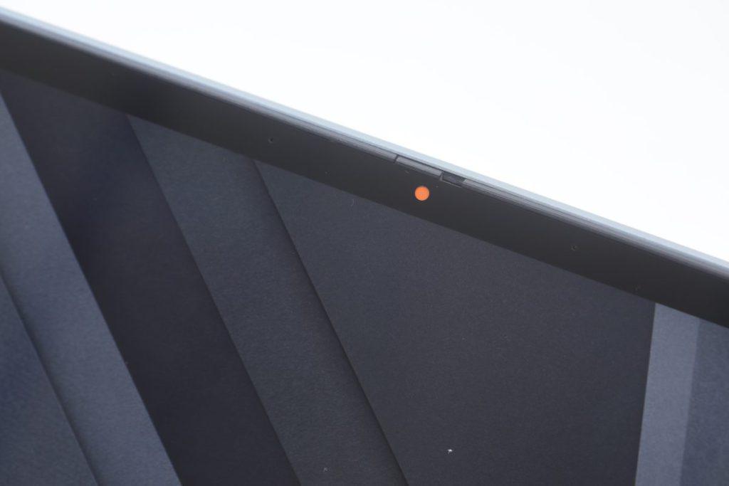 機前的鏡頭設有保護蓋,無需使用時可保障用戶私隱。