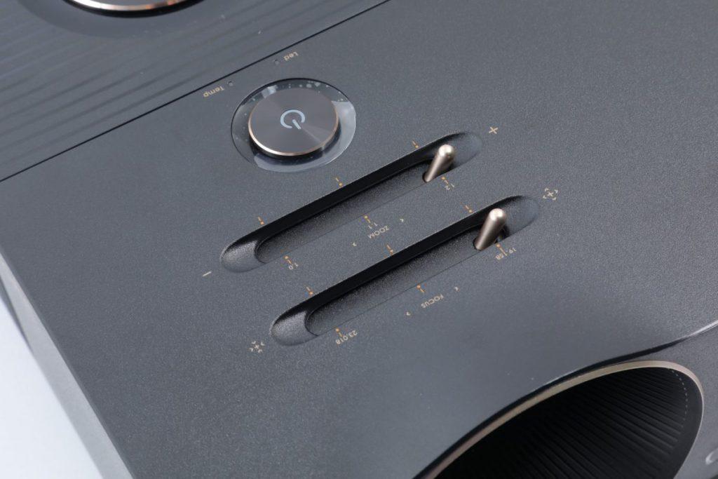 機身頂部有兩個特色推桿,較近鏡頭的是對焦環,近電源掣的是手動變焦,不用環形設計。