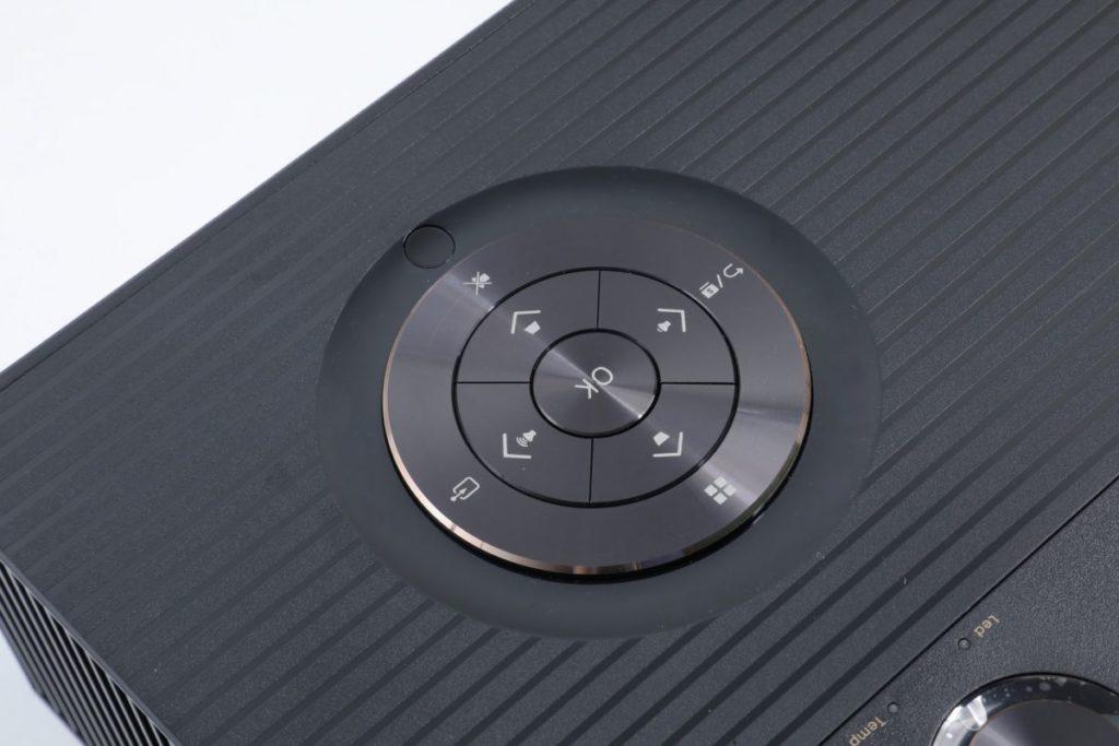 兩層組成的功能鍵控制,可以控制所有設定,包括菜單選擇,也可以直接調節梯形校正、音量、輸入訊源、静音等,座枱操作時極之方便。