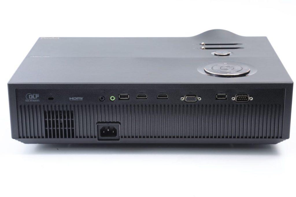 機背有兩組HDMI,可支援4K輸入,但沒有ARC聲音回傳或控制功能,一組VGA供較舊的電腦或長距離走線使用,HDMI和音效輸入(綠色)中間的USB是用作接駁Wi-Fi Dongle的。
