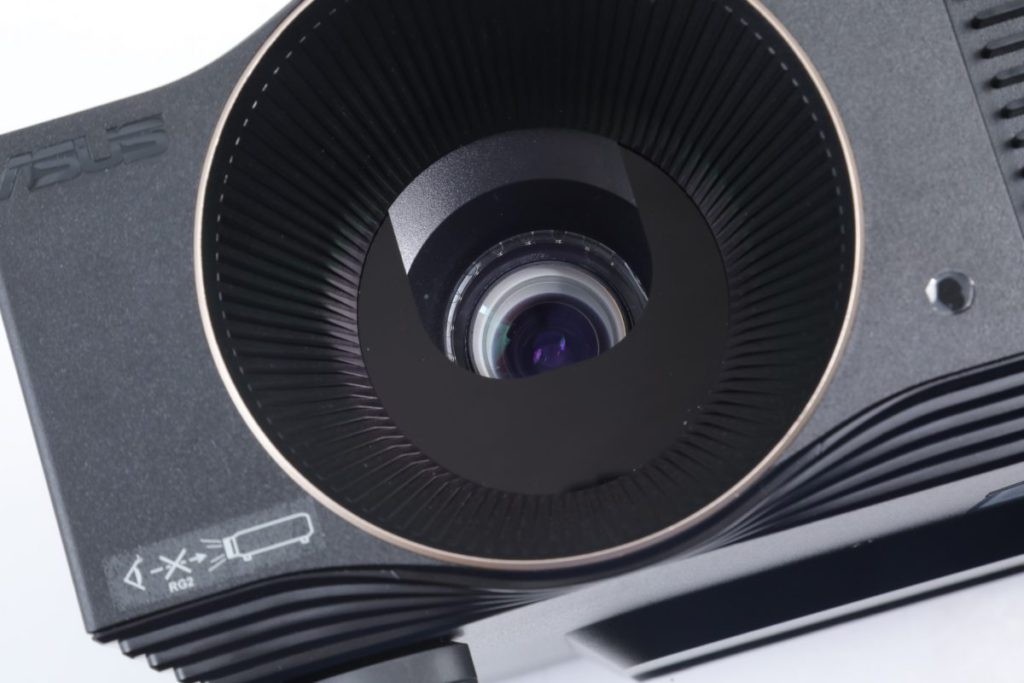 投影鏡頭前有半遮光罩,減少手指誤觸機會,也不用每次關機後要蓋上鏡頭蓋。