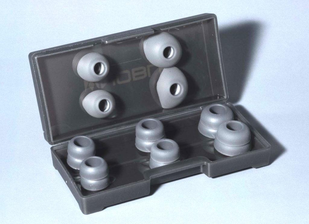 提供三款尺寸的耳膠(其中一對已經裝於耳機上),更有半透明硬式收納盒。