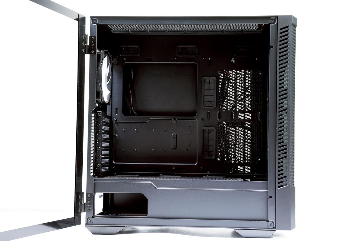 採用 3mm 開門式鋼化玻璃側板,可隨時打開機箱。