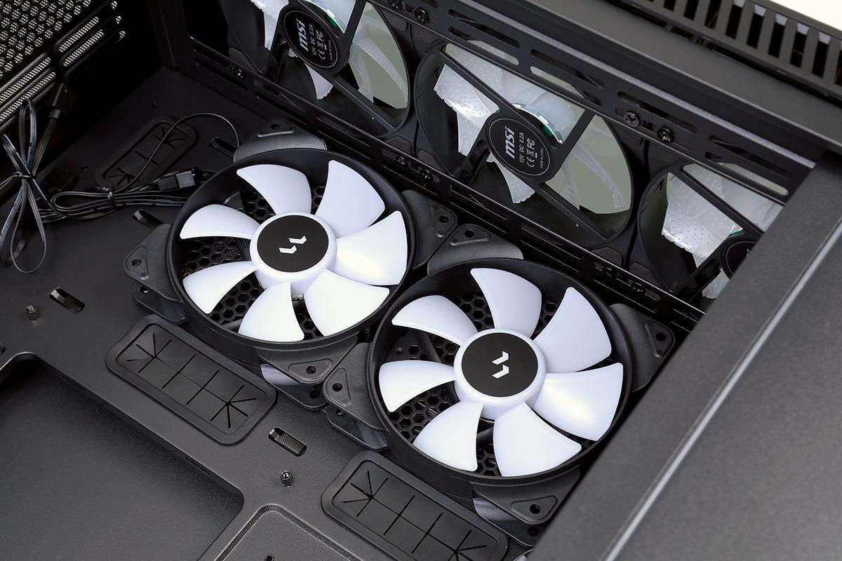 特設側邊通風口設計,可另加 2 組 120mm 風扇加強散熱。