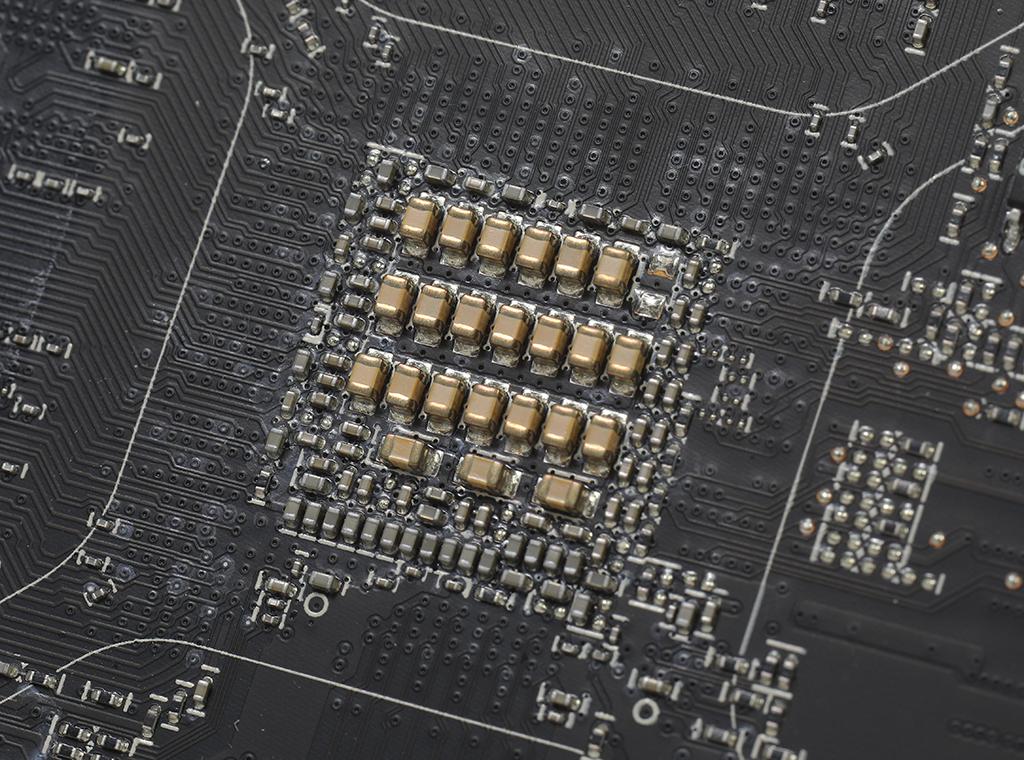 在 GPU 背面採用費時的 MLCCs 方案換取較高穩定性能