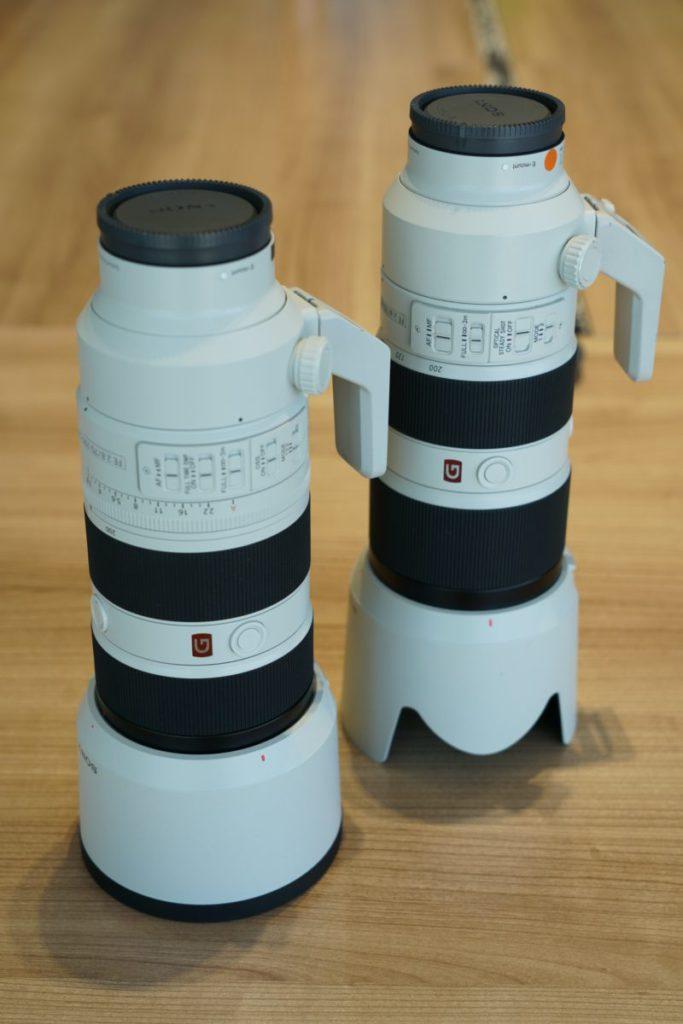 Sony FE 70-200mm F2.8 GM OSSII新鏡(左)跟第一代(右)外型大致相同,遮光罩新版改用全罩設計,加上加厚了的防滑防撞膠邊,倒放在地上時比較第一代的蓮花型設計安全,不易跌倒令鏡頭或相機機身受傷。