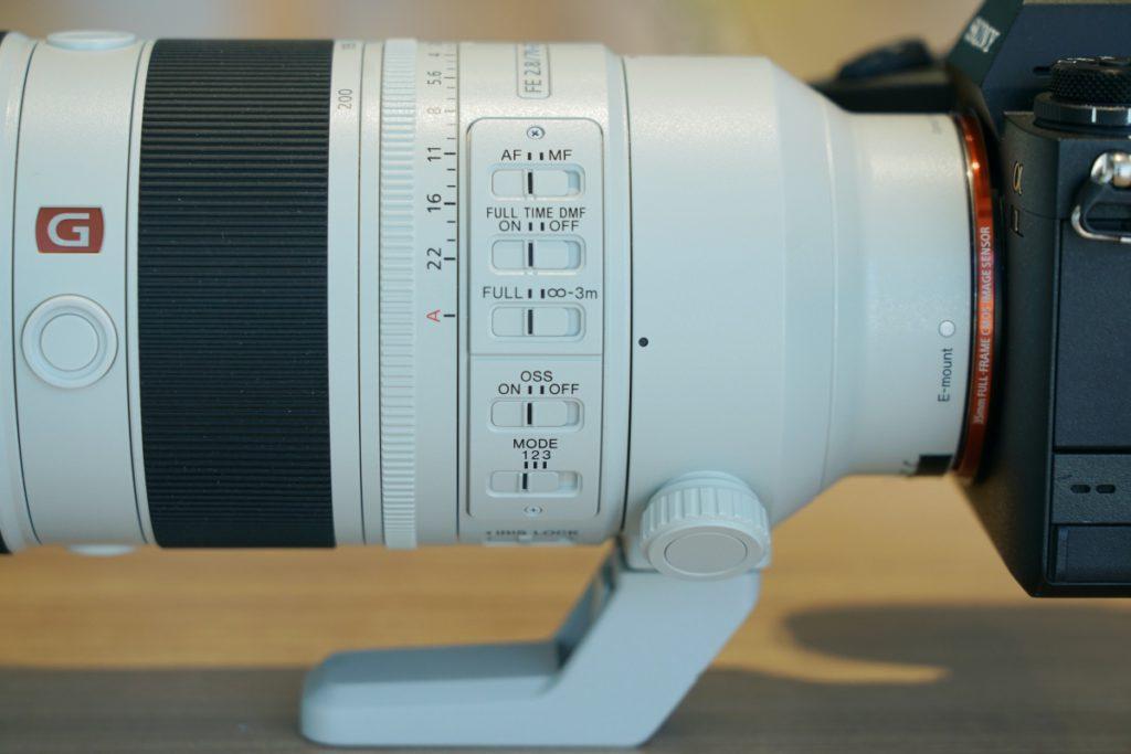 Sony FE 70-200mm F2.8 GM OSS II鏡身上的控制開開鍵比舊版多,由上而下包括: AF-MF:自動/手動對焦 Full- TimeDMF:AF-C模式下操作對焦環時會自動啟用手動對焦。 Full –無限-3M:對焦距離限制,縮短近距離拍攝的對焦範圍。 OSS :光學防震開關 MODE 1-3:光學防震模式,除 Mode 1標準防震和 Mode 2 針對橫向追焦拍攝外,新加入Mode 3 強調不規則移動主體時的構圖穩定性,適用於運動攝影。 IRIS Lock:鎖定時,光圈鎖定在A模式,或可在F2.8-F22 中調校。解鎖時光圈環可任意調校。