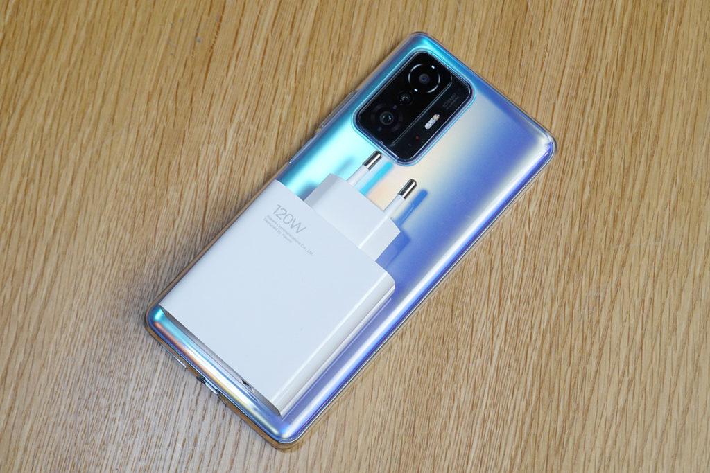 充電器與 Xiaomi 11T Pro 對比,可見體積相當龐大。