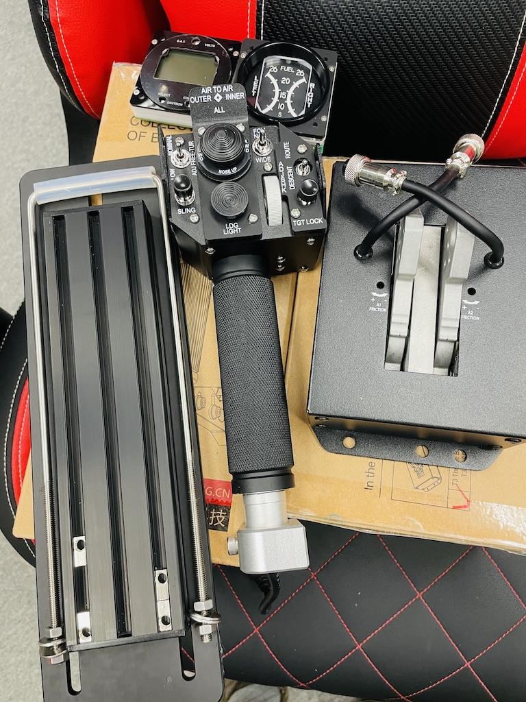 WinWing 黑鯊 KA-50 直升機總距桿由桿頭和桿身(中),與及底座(右)組成。左邊的是另購的辦公椅支架。