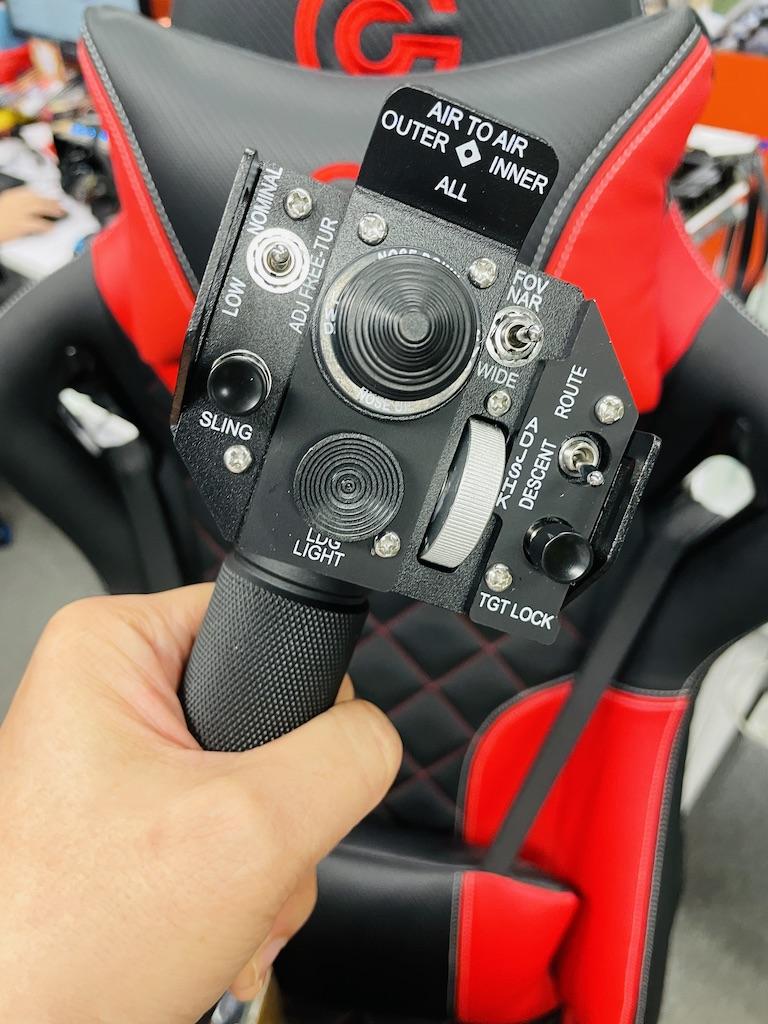 桿頭仿照俄羅斯黑鷹直升機的總距桿設計,有多個數碼搖桿、三檔開關和按鈕,重量十足。