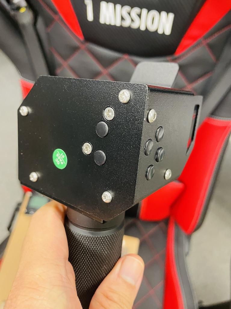 桿頭側邊和底部都有隱藏按鈕。