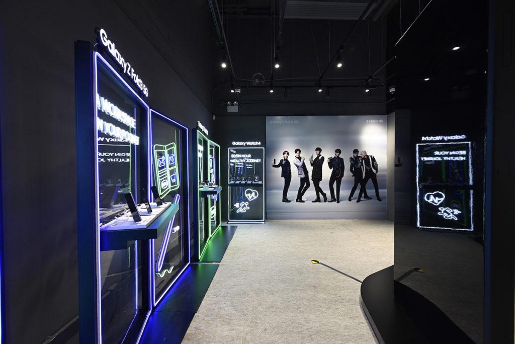 館內利用多塊霓虹透明屏幕展示 Galaxy Z Fold3 5G 及 Z Flip3 5G 的不同特色,大家自然可更清楚了解兩款摺屏手機有什麼功能。
