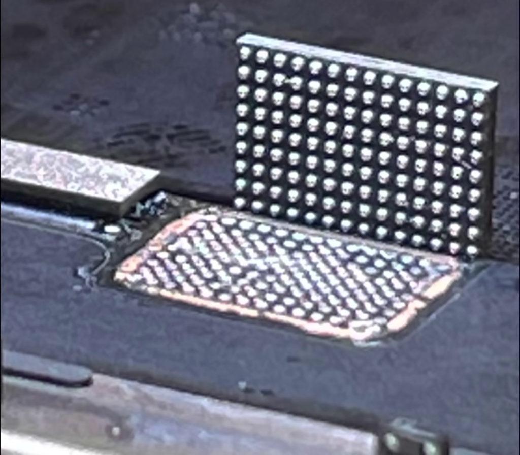 iPhone 13 的屏幕設有兩粒 IC ,使用非原廠零件來更換的話會令 Face ID 失效。