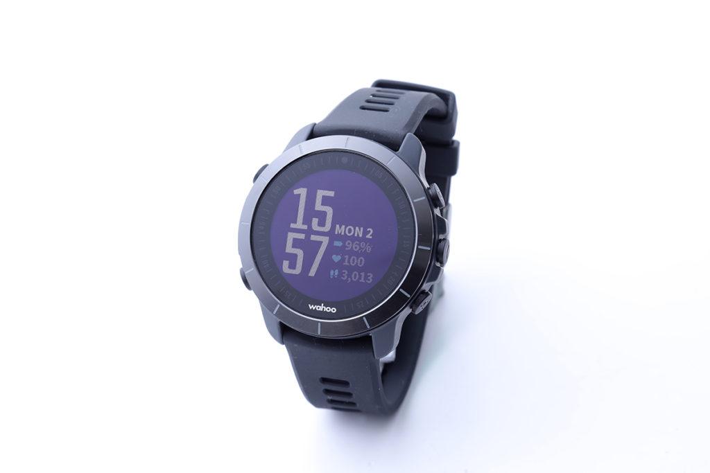 造工相當紮實,尼龍聚合物錶身配合陶瓷錶圈,連錶帶僅重 53g。
