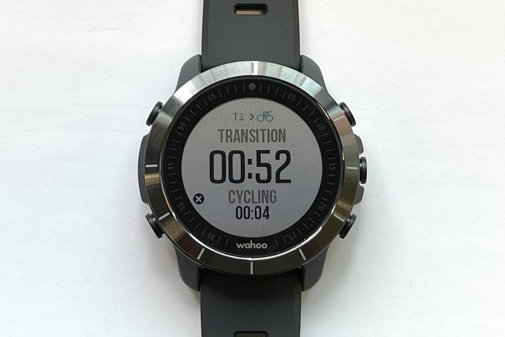 主打三項鐵人專用的「Touchless Transition」功能,在比賽或練習時會自動轉換成「游泳、T1轉項、單車、T2轉項、跑步」,毋須分心去按手錶以確定轉項。